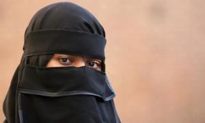 Woman-in-muslim-attire-Lo-007
