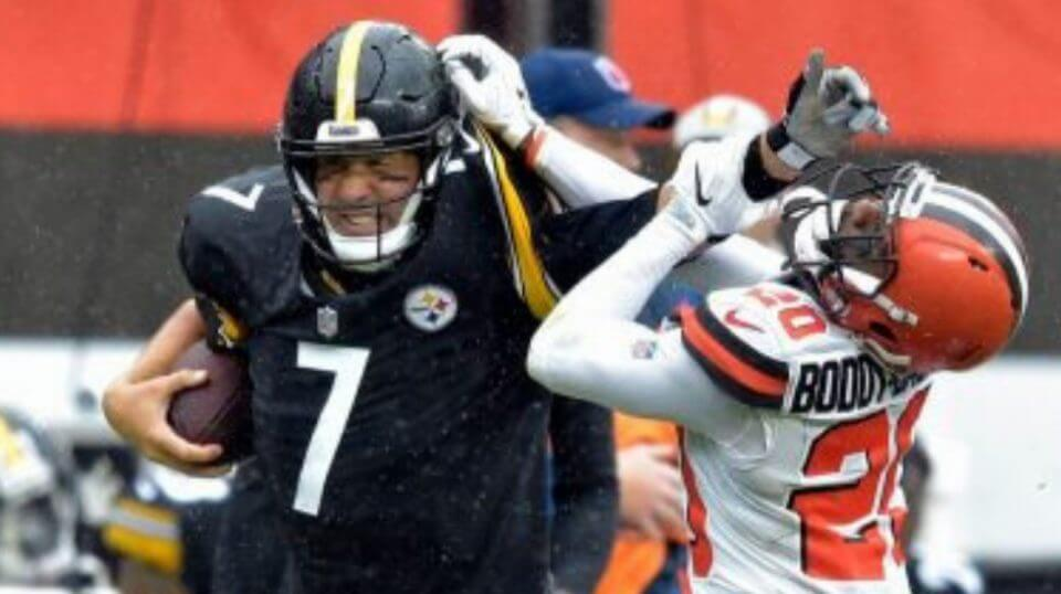 Pittsburgh Steelers quarterback Ben Roethlisberger (7) runs for a first down under pressure from Cleveland Browns cornerback Briean Boddy-Calhoun (20) Sunday in Cleveland. The teams tied, 10-10.