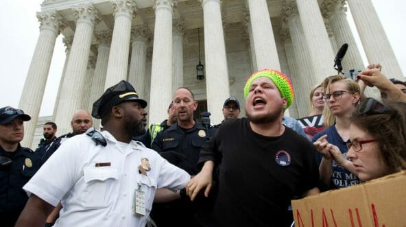 US Capitol Police push back demonstrators