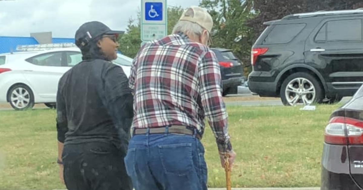 Burger King Employee Praised for Helping Elderly Man in Parking Lot of Fast Food Restaurant