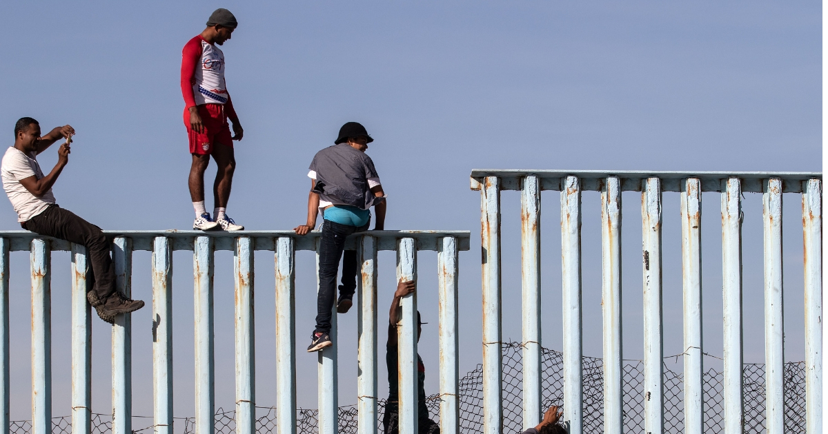 Illegal immigrants climb fence in Mexico