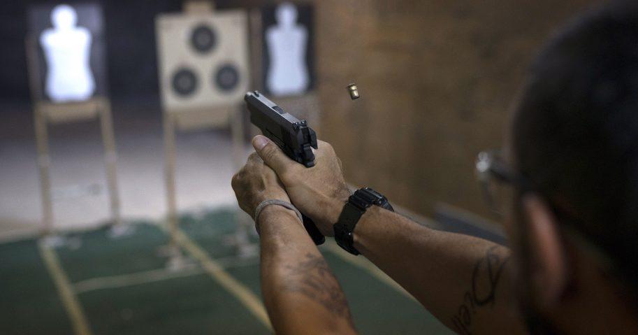 Photography women in brazil posing with guns foto 916