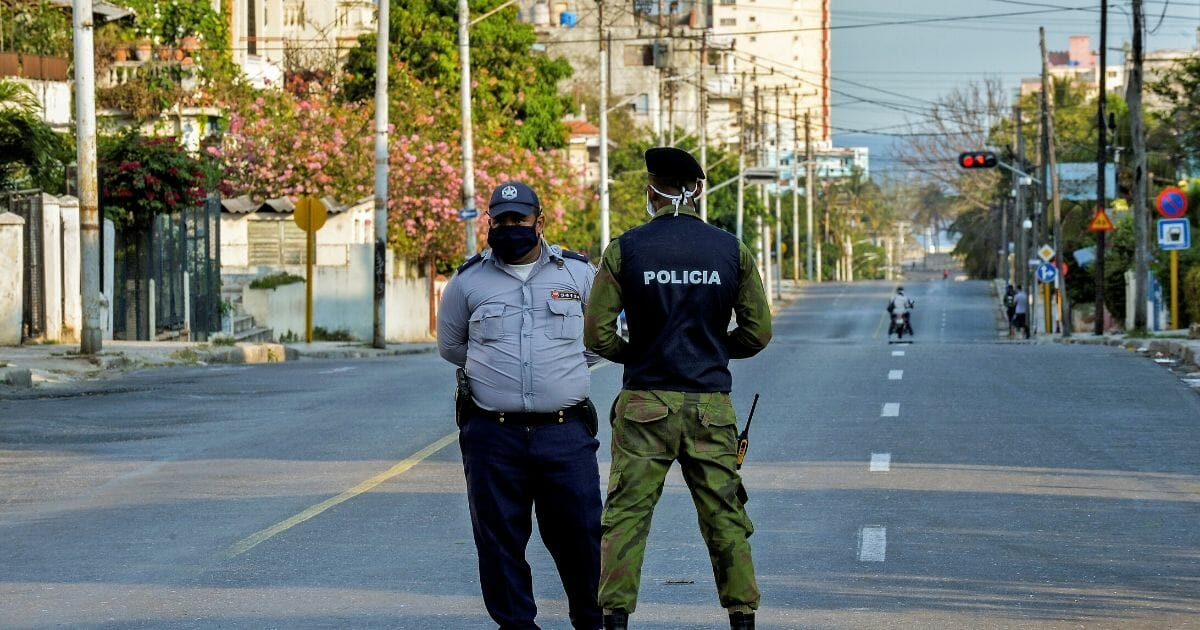 Police officers strengthen security in the El Carmelo neighborhood of Havana on April 4, 2020, after Cuban authorities announced its isolation as a measure to contain the spread of the novel coronavirus after the detection of COVID-19 cases.