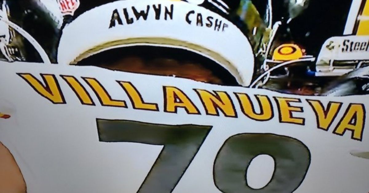 """Pittsburgh Steelers tackle Alejandro Villanueva put the name of late Sgt. 1st Class Alwyn Cashe on his helmet during his team's """"Monday Night Football"""" game against the New York Giants."""