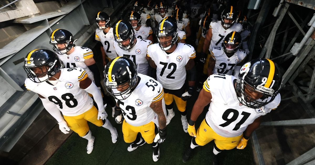 Center Maurkice Pouncey, No. 53, and the rest of the Pittsburgh Steelers wait to take the field prior to their game against the New York Giants at MetLife Stadium on Sept. 14, 2020.