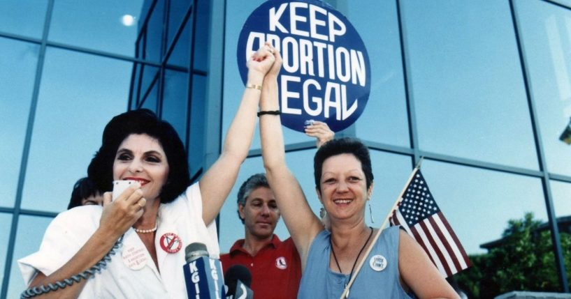 """Attorney Gloria Allred, left, and Norma McCorvey, right, the """"Jane Roe"""" plaintiff from the landmark court case Roe vs. Wade, during a pro-choice rally on July 4, 1989, in Burbank, California."""